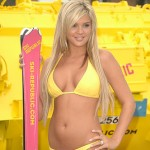 25 Hot Bikini Girls Playing in the Snow (Pics)