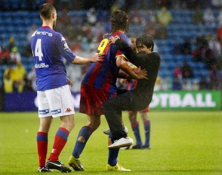 fan hugs zlatan ibrahimovic