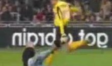 Alkmaar Goalkeeper Gets A Red Card For Defending Himself Against A Violent Pitch Invader (Video)