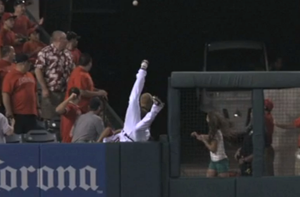vernon wells goes over the wall trying to catch home run