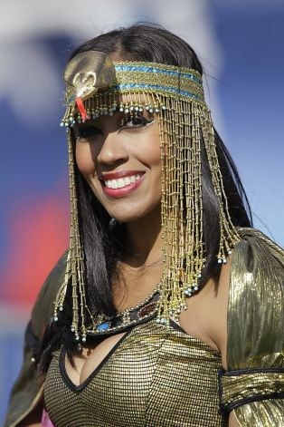 26 Sexy Cleopatra - NFL Cheerleaders Halloween Costumes (Titans)