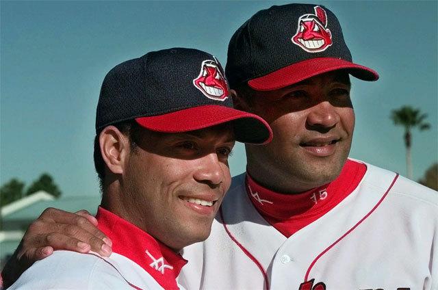 roberto alomar and sandy alomar indians - baseball brothers same team