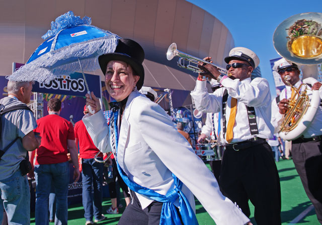 20 little umbrella lady - crazy super bowl xlvii fans