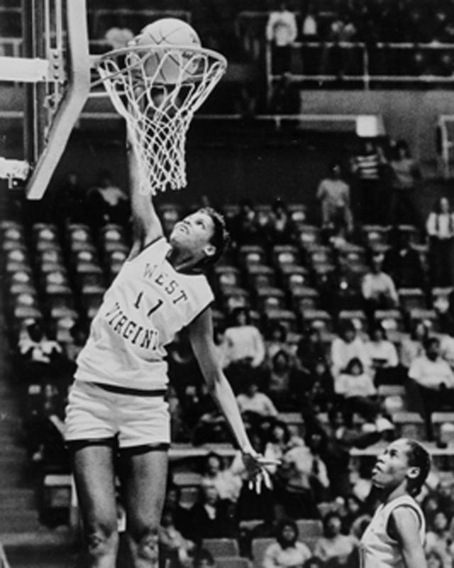 georgeann wells first woman to dunk in ncaa - female sports firsts
