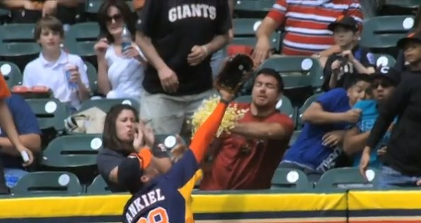 Astros fan catches home run with popcorn bucket
