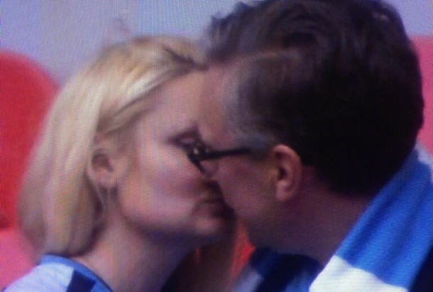kissing man city fans