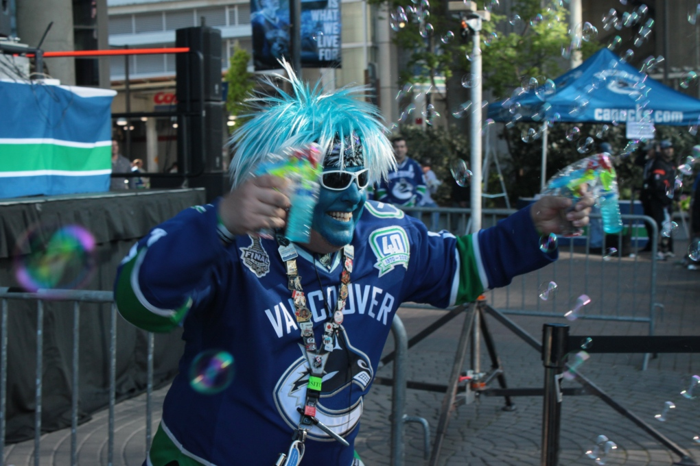 20 canucks bubble guy - crazy nhl fans stanley cup playoffs