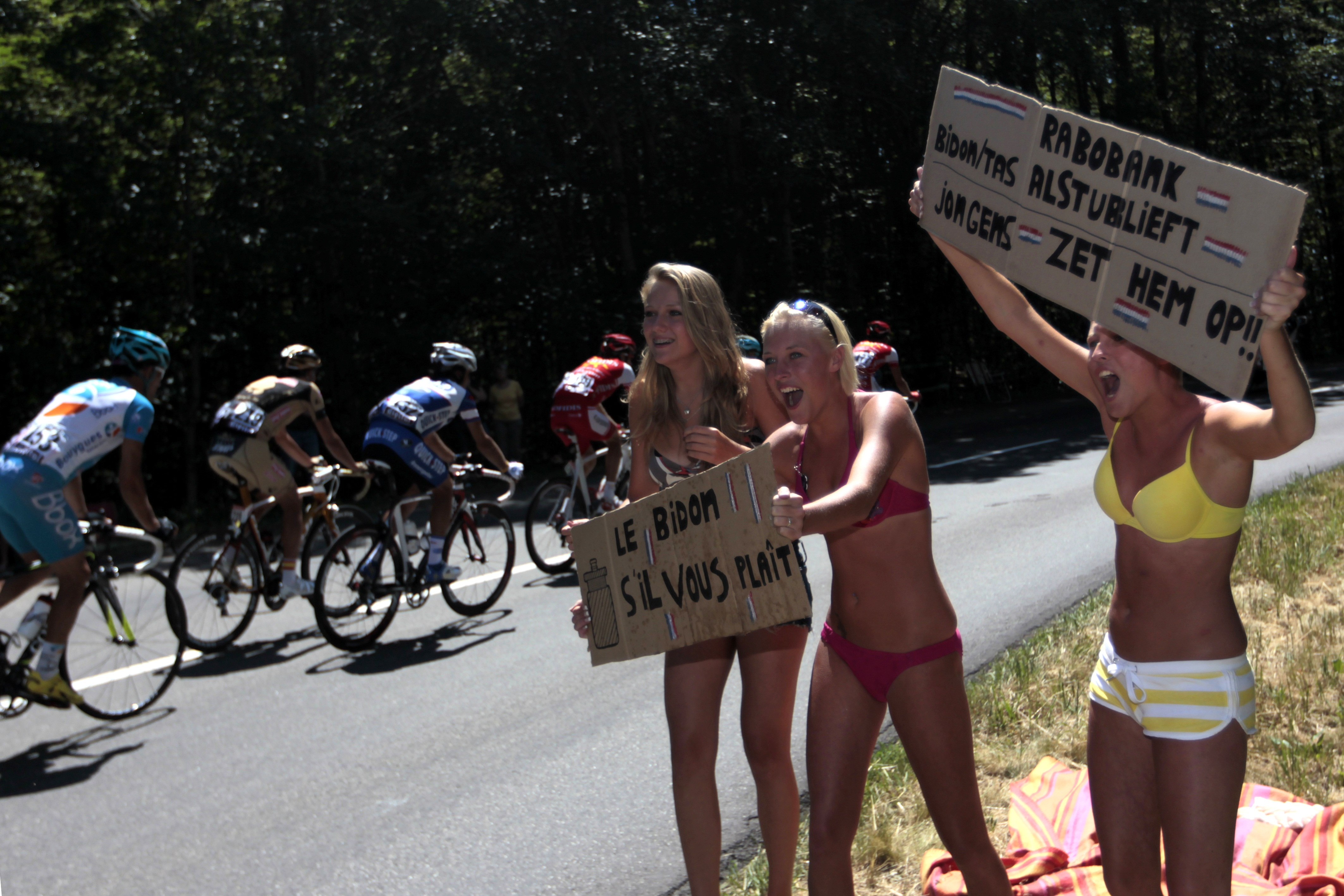 17 chicks in underwear - crazy tour de france fans