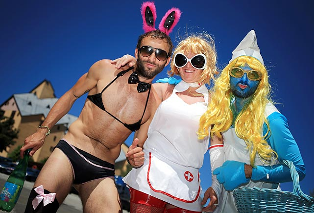 6 dude in a bikini and guy dressed as smurphette - crazy tour de france fans