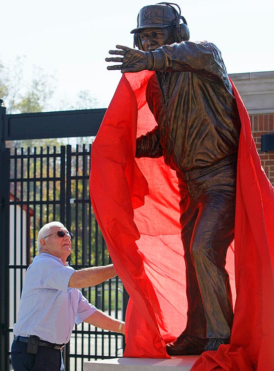 12 bo-schembechler-statue - college football legends with their own statues