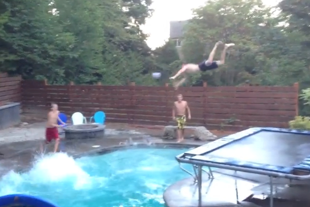 Now this is the best swimming pool basketball alley oop - Awesome swimming pool trick shots ...