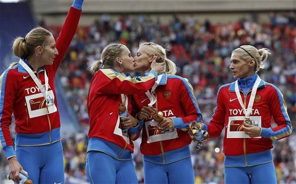 Russian 4x400 relay members kiss