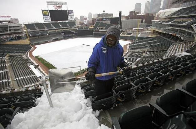 2 snow at mlb baseball game