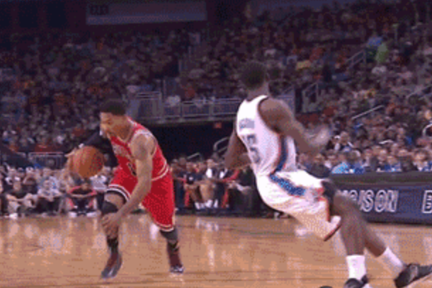 Derrick Rose blows past Reggie Jackson