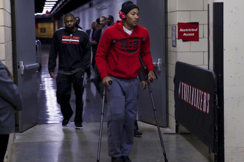 1 derrick rose crutches - least thankful people in sports (athletes who aren't very thankful this thanksgiving)