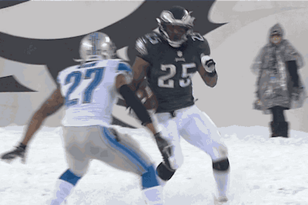lesean mccoy running past detroit lions in snow