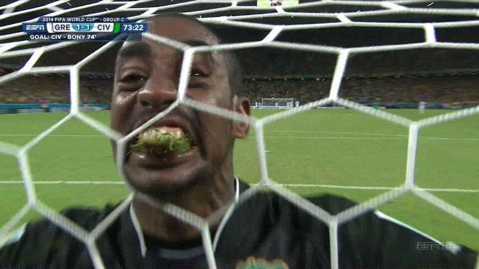 Ivory Coast goalkeeper eat grass