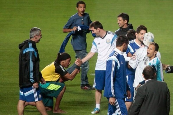 Ronaldinho Lookalike Bows to Lionel Messi