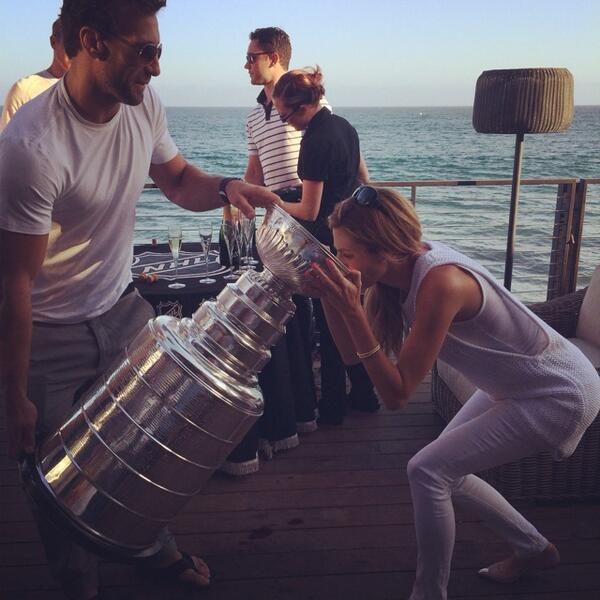 erin andrews jarret stoll drinking from stanley cup