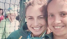 Queen of England Photobombs Aussie Field Hockey Players at Commonwealth Games (Pic)