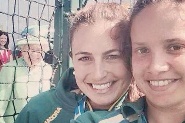 queen elizabeth photobombs australian field hockey players at commonwealth games
