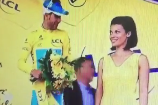 vincenzo nibali denied kiss fail tour de france podium girl