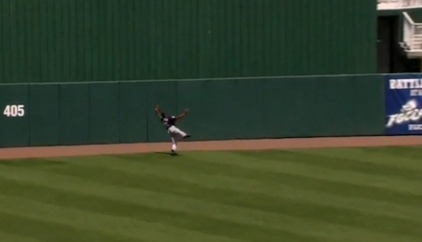 Byron Buxton over shoulder catch