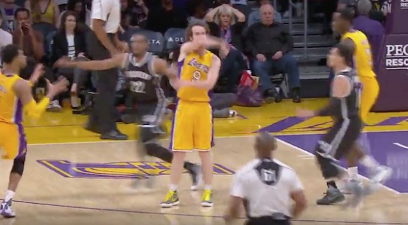 Marcelo Huertas no look pass