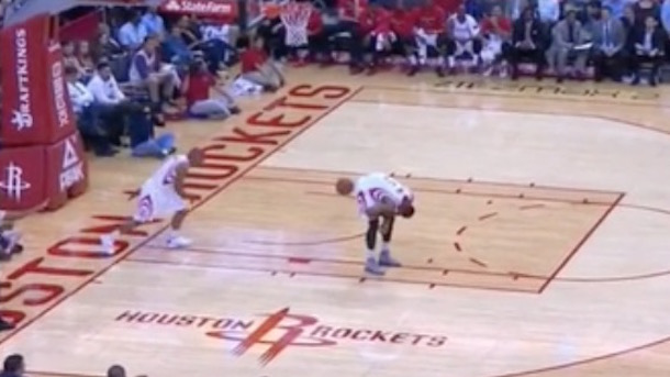 Andrew Goudelock inbounds ball off ass of injured josh smith