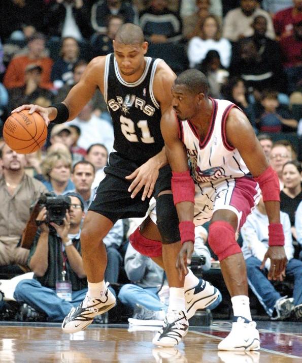 San Antonio Spurs Tim Duncan (21) dribbles around