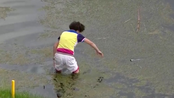 golfer's mom wades into water to retrieve putter li haotong