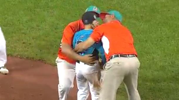 touching moment little league world series venezuela coaches console heartbroken dominican pitcher after walk-off win
