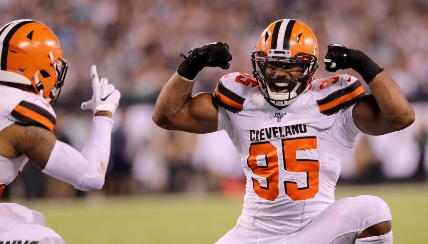 Fan fakes picture pose, punches Browns DE Myles Garrett in face instead